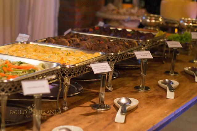 Para deixar a apresentação de seu buffet ainda mais especial, utilizamos lindas pratarias que dão destaque ao sabor